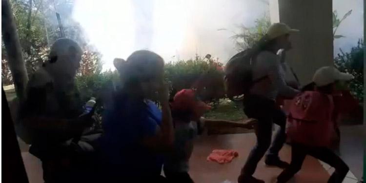 """Varios videos fueron viralizados en redes sociales en donde se aprecia """"la gaseada"""" a los migrantes en la frontera entre Honduras y Guatemala."""
