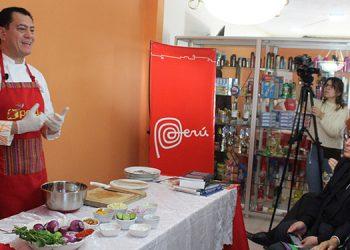 El exembajador de Perú Guillermo Gonzales Arica ofreció la demostración de como preprar el emblemático ceviche y el reconocido pisco sour