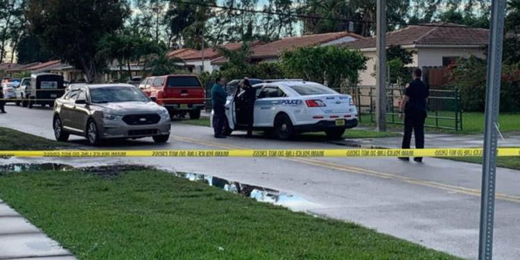 Christopher Fernández (centro), tío de los niños fallecidos, recoge artículos de la casa quemada en el 3621 NW 18 Terrace, en Miami.