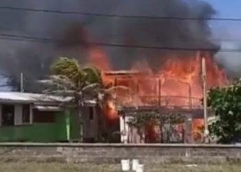El incendio de grandes proporciones arrasó con dos viviendas.