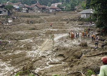 Rescatistas buscan a desaparecidos en una aldea afectada por un deslave en Cigudeg, Java Occidental, Indonesia. Foto: AP