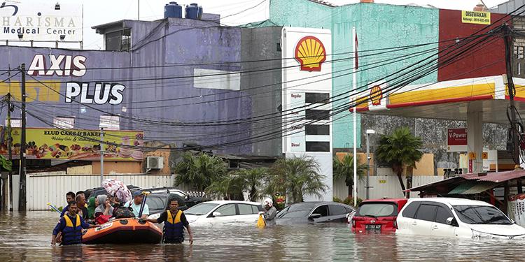 Rescatistas de Indonesia evacúan a residentes de una casa inundada en las afueras de Yakarta, capital de Indonesia.  Foto: AP