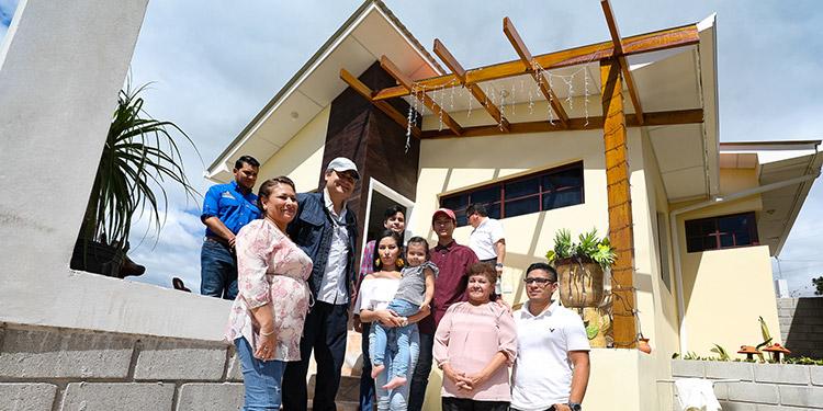 """El Presidente Juan Orlando Hernández hizo una visita sorpresiva a la enfermera Norma Tejeda, que compró su casa gracias al programa """"El Sueño de Ser Dueño"""", impulsado por el gobierno."""