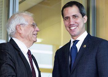 El comisionado de política exterior de la Unión Europea Josep Borrell, derecha, estrecha la mano del líder opositor venezolano Juan Guaidó antes de una reunión en la sede de la UE en Bruselas.