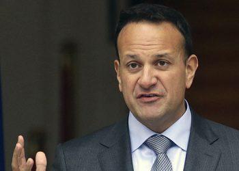 El primer ministro irlandés Leo Varadkar habla con la prensa antes de disolver el gobierno irlandés Dáil este martes en Dublín.