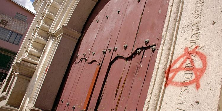 """Una letra """"A"""" encerrada en un círculo fue pintada a ambos lados de la fachada, junto a la puerta de la iglesia Los Dolores, en el centro de Tegucigalpa."""