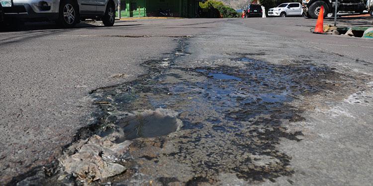La fuga de aguas negras en la calle Valencia de la colonia Matamoros está dañando la calle, por lo que urge se solucione este problema.