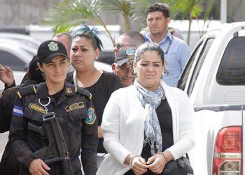 A eso de las 10:20 de la mañana, la joven Reina Fabiola Salinas Cáceres fue trasladada al Tribunal.