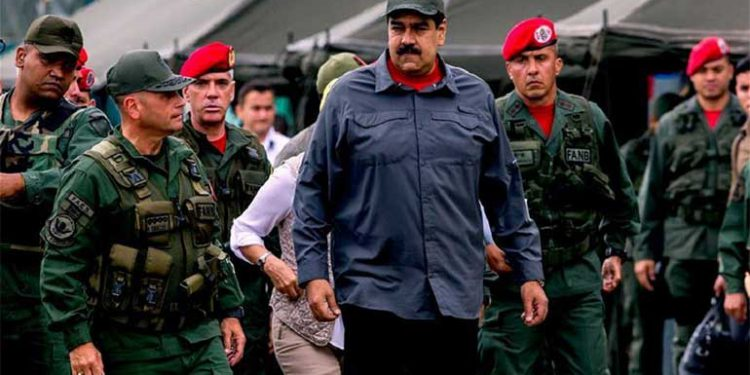 En medio de crisis, Maduro busca renovar industria petrolera