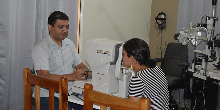 Dr. Rodríguez en su clínica atendiendo a una de sus pacientes.