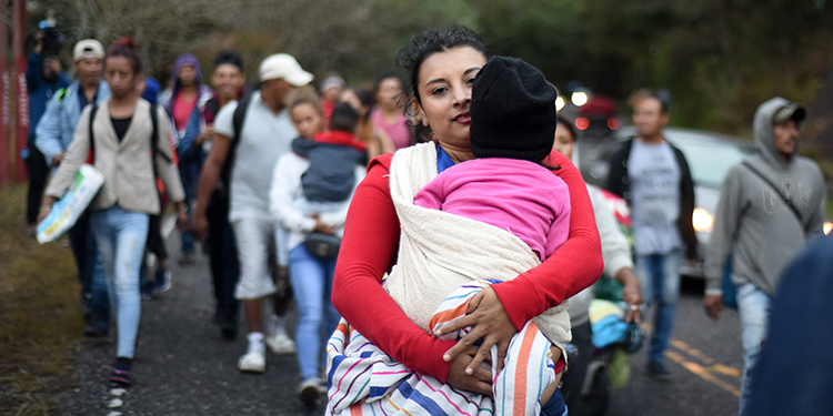 Honduran migrants walk in a caravan heading to the US, near Quezaltepeque, Chiquimula departament, Guatemala, on January 17, 2020. - Hundreds of people in the vanguard of a new migrant caravan from Honduras forced their way across the border with Guatemala on Wednesday, intent on reaching the United States. (Photo by Johan ORDONEZ / AFP)