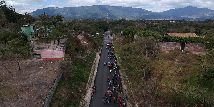 Aerial view of Honduran migrants walking near Esquipulas, Chiquimula departament, Guatemala, on January 16, 2020, after crossing the border in Agua Caliente from Honduras on their way to the US. - Hundreds of people in the vanguard of a new migrant caravan from Honduras forced their way across the border with Guatemala on Wednesday, intent on reaching the United States. (Photo by Carlos ALONZO / AFP)