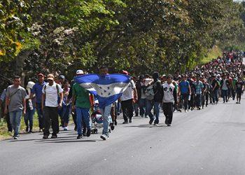 Unos 3,543 avanzan este viernes hacia la frontera de Guatemala con México. Fotos: AFP