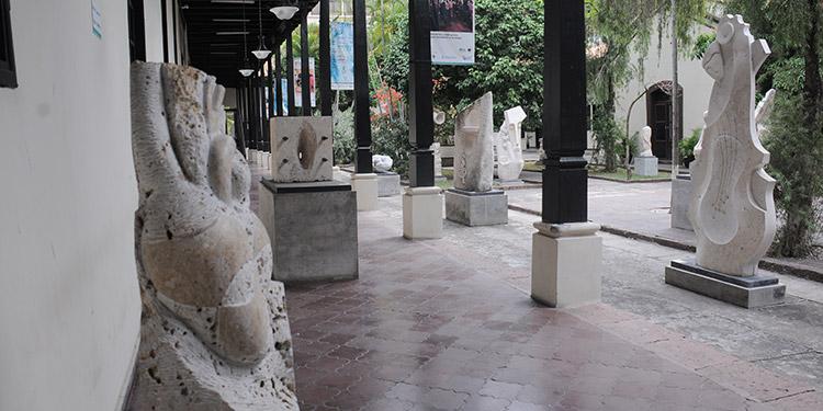 """El director de la Galería Nacional de Arte, José Jorge Salgado, junto a la escultura """"Las dos simientes"""", del artista Darío Rivera, afirma que el Jardín Escultórico tiene como fin revalorizar la escultura."""