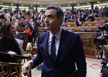 El presidente del gobierno de España Pedro Sánchez abandona el Congreso de los Diputados, en Madrid.