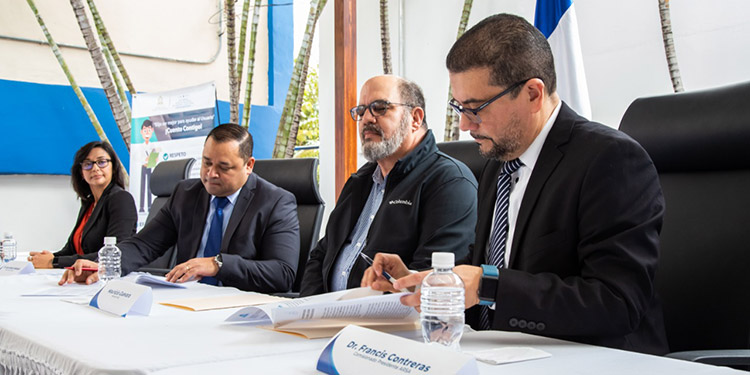 La firma del convenio fue presidida  por Fracis Contreras de la Arsa y Juan Ramón Velásquez de Senasa, en presencia de Mauricio Guevara  titular de la SAG, como testigo de honor.