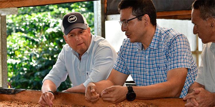 """El precandidato presidencial, Ricardo Álvarez y el caficultor, Nelson René Ramírez, quien se sumó al movimiento """"Salvemos Honduras""""."""