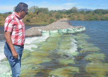"""Wilberto Reyes, de la empresa """"Aguas de Choluteca"""", supervisa una de las dos cosechadoras de agua."""