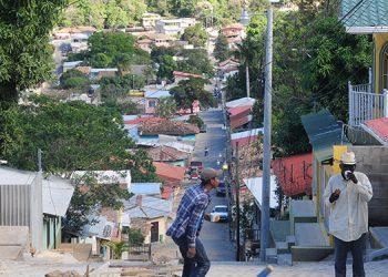 En el pueblo, los albañiles comentan que cada vez es más difícil avanzar en las construcciones por la falta de agua.
