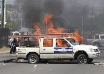 En la manifestación del 2018, en las cercanías de la Universidad Nacional Autónoma de Honduras (UNAH), varios jóvenes encapuchados le metieron fuego a un vehículo propiedad de Hondutel.
