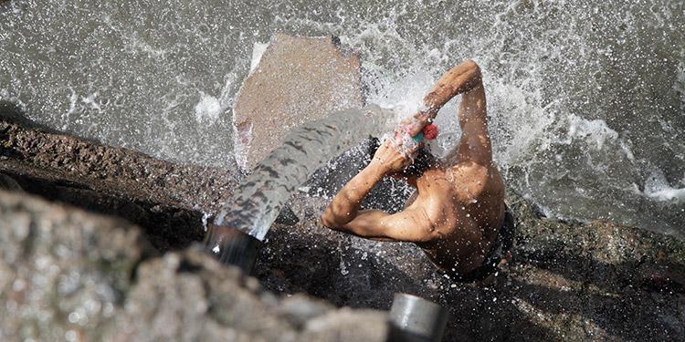 Unas 100 personas al día se bañan en el chorro de agua que sale del tubo.