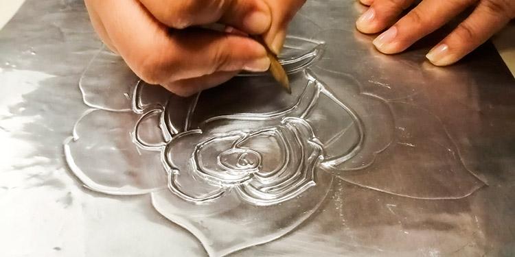 Las mujeres aprenden a elaborar cuadros con las técnicas de repujado básico y en servilleta.