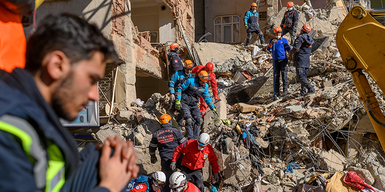 Rescue workers work amid the rubble of a building after an earthquake in Elazig, eastern Turkey, on January 25, 2020. - Rescue workers raced against time on January 25 to find survivors under the rubble after a powerful earthquake claimed 22 lives and left more than 1,200 injured in eastern Turkey. The magnitude 6.8 quake struck in the evening of January 24, with its epicentre in the small lakeside town of Sivrice in Elazig province, and was felt across neighbouring countries. (Photo by BULENT KILIC / AFP)