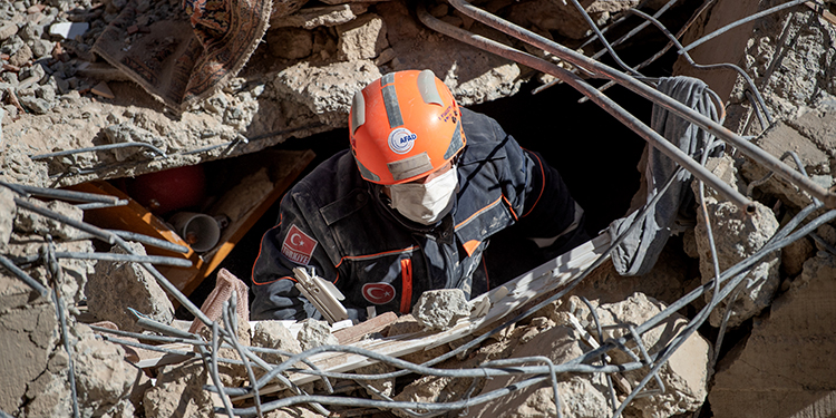 A rescue worker is seen amid the rubble of a building that collapsed due to an earthquake in Elazig, eastern Turkey, on January 25, 2020. - Rescue workers raced against time on January 25 to find survivors under the rubble after a powerful earthquake claimed 22 lives and left more than 1,200 injured in eastern Turkey. The magnitude 6.8 quake struck in the evening of January 24, with its epicentre in the small lakeside town of Sivrice in Elazig province, and was felt across neighbouring countries. (Photo by BULENT KILIC / AFP)