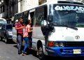 Reducirán número de pasajeros en buses y taxis