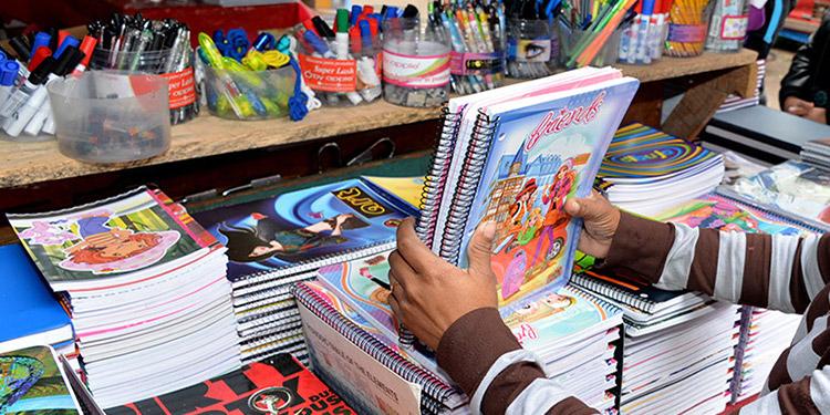 La lista de cuadernos se puede adquirir a bajos precios en mercados populares.