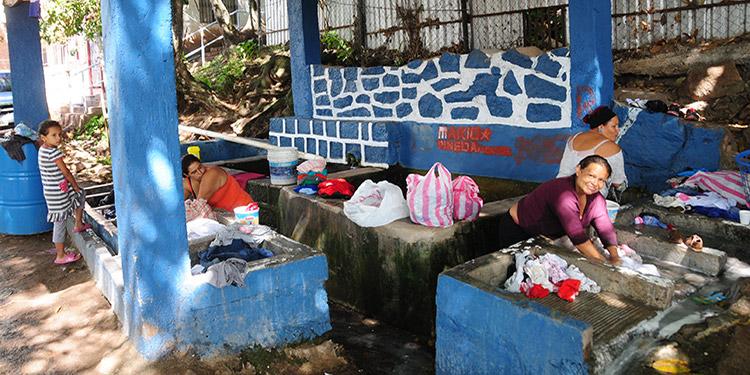Pila ubicada en Altos de La Cabaña, donde los vecinos aprovechan para lavar su ropa y llevar un par de baldes para usos domésticos.