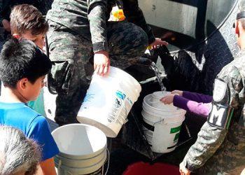 Ancianos, adultos y hasta niños se abalanzaron a las cisternas para obtener el agua que les llevaron las Fuerzas Armadas.