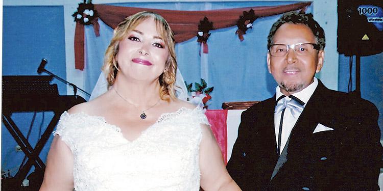 Nohemy Cruz y Carlos Morgan, felices luego de ser declarados marido y mujer.