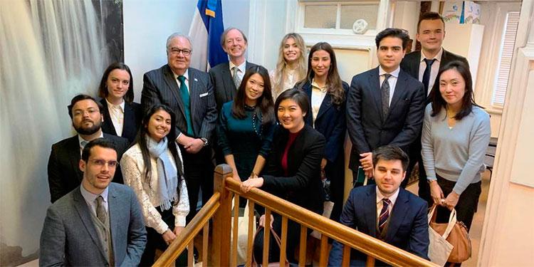 El embajador Iván Romero Martínez junto a los estudiantes de la Universidad de Oxford