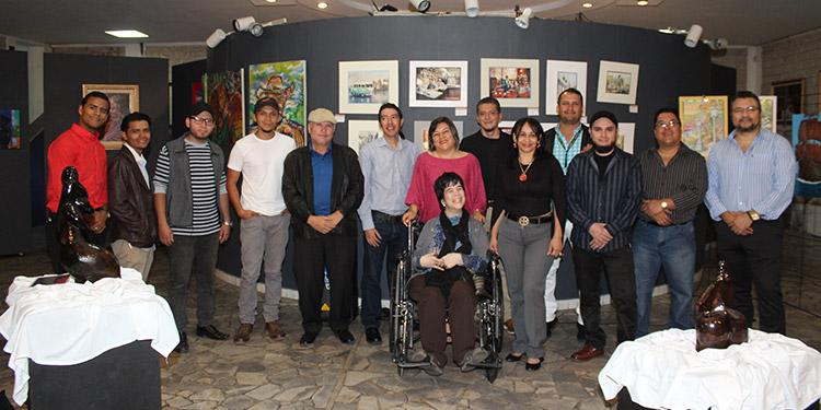 Miembros de la Asociación Hondureña de Artistas Plásticos, exponen sus obras en el IHCH.