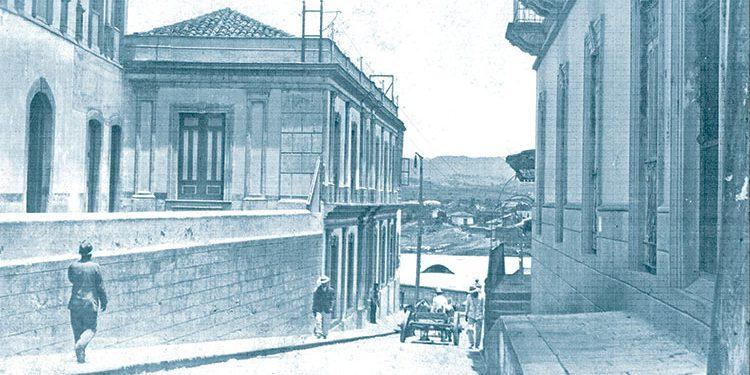 La casa de acera alta en la Cuesta del Río donde se instaló la primera Escuela de Párvulos el 21 de Enero de 1896.
