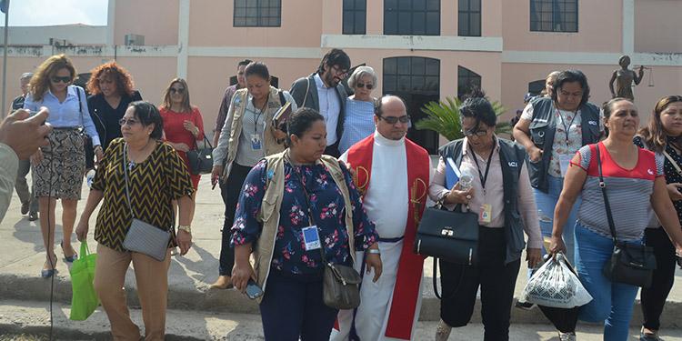 El sacerdote querellado al momento de salir de la audiencia y que fue acompañado por grupos de derechos humanos nacionales e internacionales.