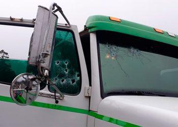 Los supuestos asaltantes dispararon por la parte frontal del camión cargado con ladrillos.