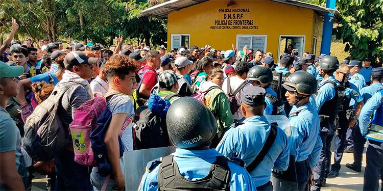 Centenares de hondureños deben pasar por los protocolos migratorios de identificación para poder salir del país en las caravanas.