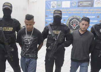 """A """"Ozuna"""" y """"El Bello"""" los agentes antipandillas los capturaron porque supuestamente desde hace meses están vinculados a la recolección de extorsiones para las pandillas """"MS-13"""" y """"La 18""""."""