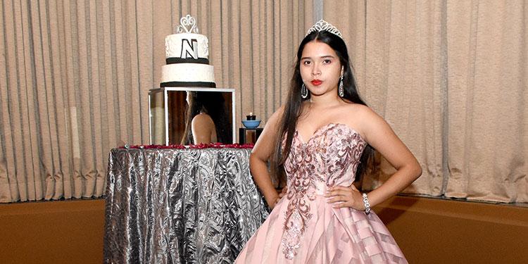 Nohelia Pinel disfrutó de su elegante fiesta en el Hotel Hondura Maya.