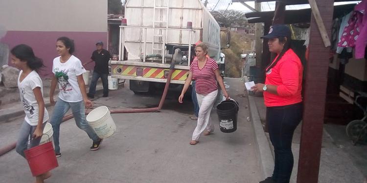 Dispensa de agua continúa este martes con 'pipas' gratuitas en la capital