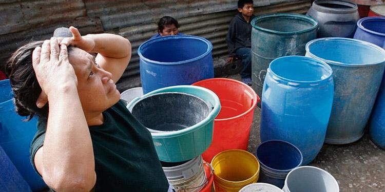 El precio del barril de agua en las pipas es inalcanzable para muchas familias de bajos recursos económicos.