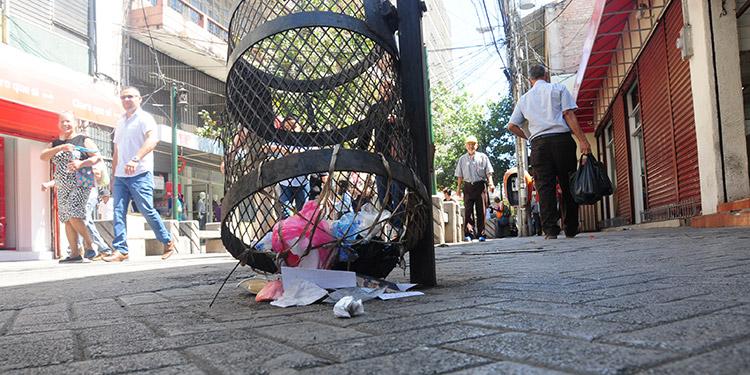 La mayoría de basureros instalados en en Paseo Liquidámbar están en mal estado.