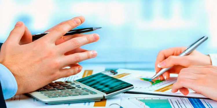 El asesor financiero Julio Pineda sugirió el presupuesto familiar.