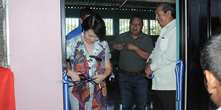 La embajadora de China ,Taiwán, Ingrid Hsing, hizo el corte de cinta, acompañada por delegados de Done un Aula, autoridades municipales, docentes y alumnos.