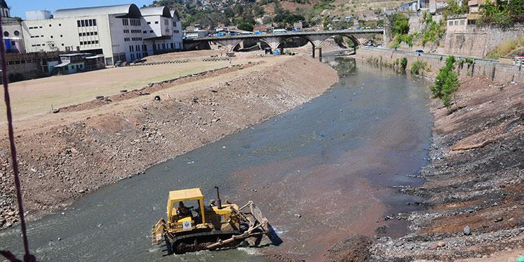 Grandes cantidades de basura fueron retiradas del cauce del río Choluteca a la altura del Campo Motagua.