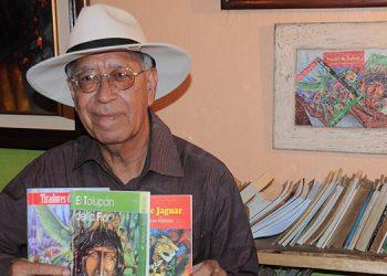 """El artista muestra sus tres obras: """"Tiradores de Pájaros"""", """"El Tolupán de la Flor"""" y """"Huella de Jaguar"""", sin embargo, tiene más libros inéditos."""