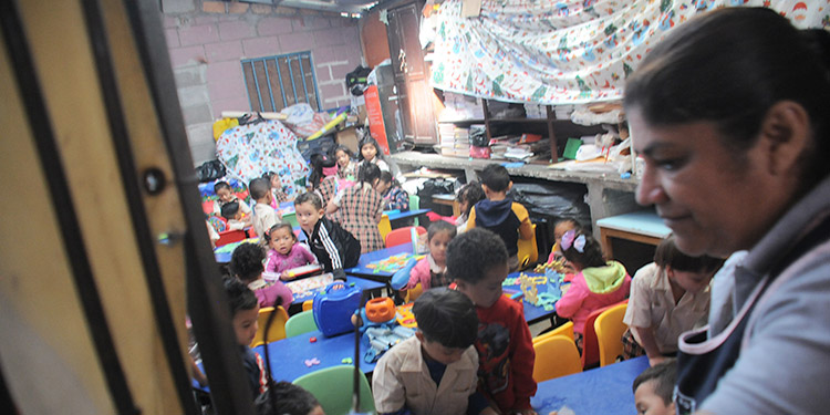 La docente Marina González y sus alumnos de la Escuela Gabriela Mistral reciben clases hacinados.