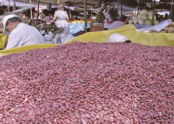 En la Feria del Agricultor y del Artesano, se reportó alza de dos lempiras en la medida de frijoles.